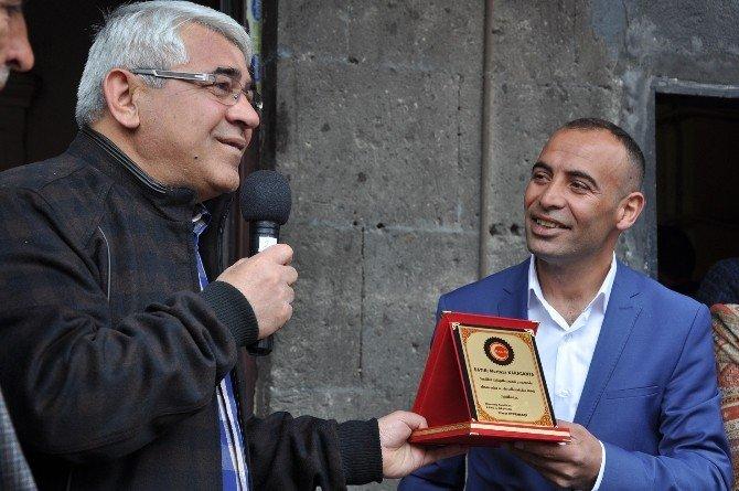 Kars Belediye Başkanı 1 Mayıs'ta İşçileri Yalnız Bırakmadı