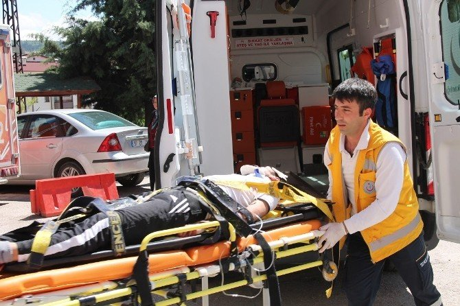 Bisikletli Gençler, Özel Halk Otobüsüyle Çarpıştı: 2 Yaralı