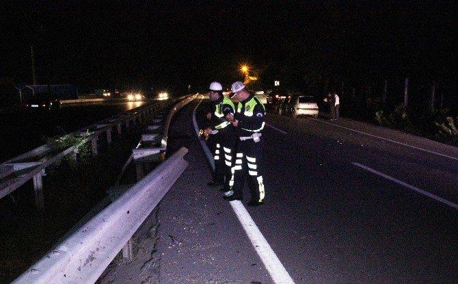 Virajı Alamayan Otomobil Bariyerlere Girdi: 1 Yaralı