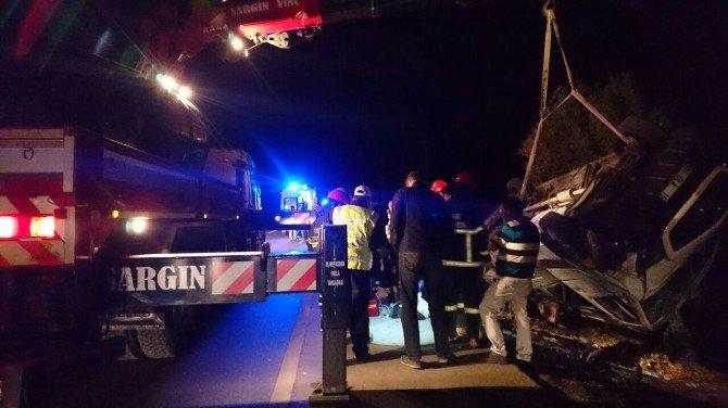 Uşak'ta Minibüs Takla Attı; 1 Ölü 18 Yaralı
