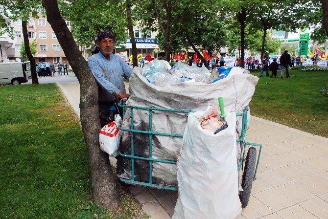 """Geçimini Çöp Toplayarak Sağlayan İşçi: """"1 Mayıs Gelmiş Neyime"""""""