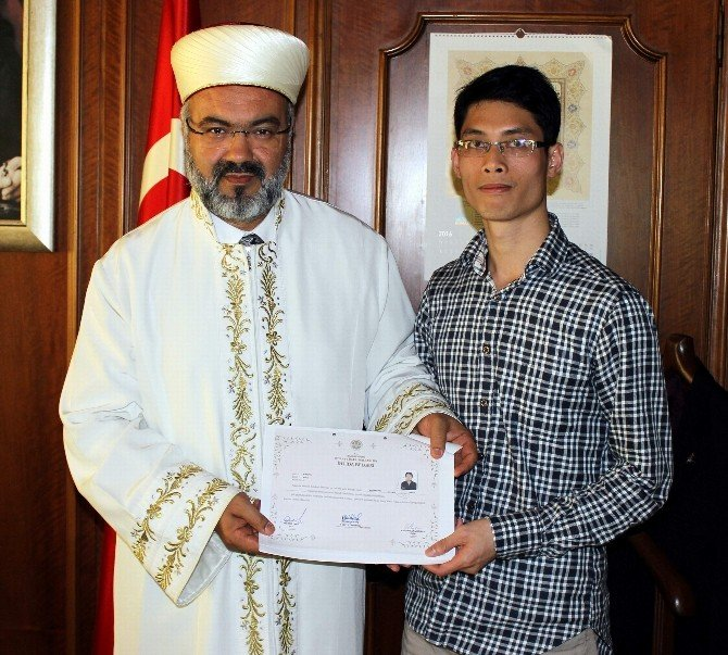 Vietnamlı Ateist Genç Bursa'da Müslüman Oldu