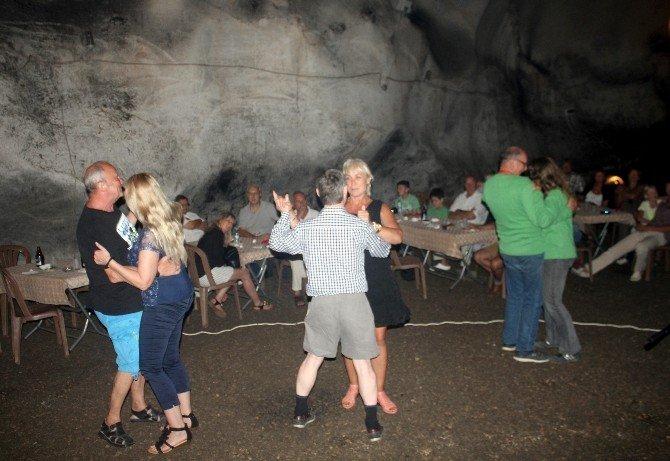 Yerleşik Yabancılar 5 Milyon Yıllık Yalan Dünya Mağarasında Eğlendi
