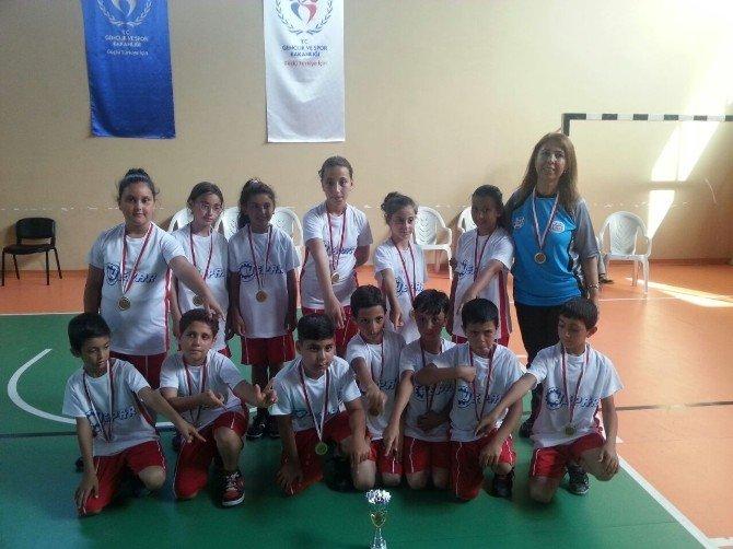 Adana'da İlkokullararası Mendil Kapmaca Turnuvası