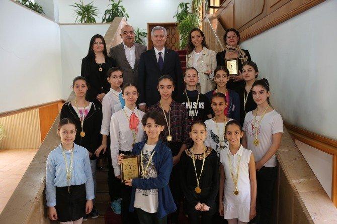 """ÇÜ Öğrencilerine Bale Yarışmasında """"En İyi Okul"""" Ödülü"""