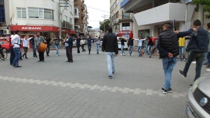 Burhaniye'de Düğün Alayı Cumhuriyet Meydanında Halay Çekti