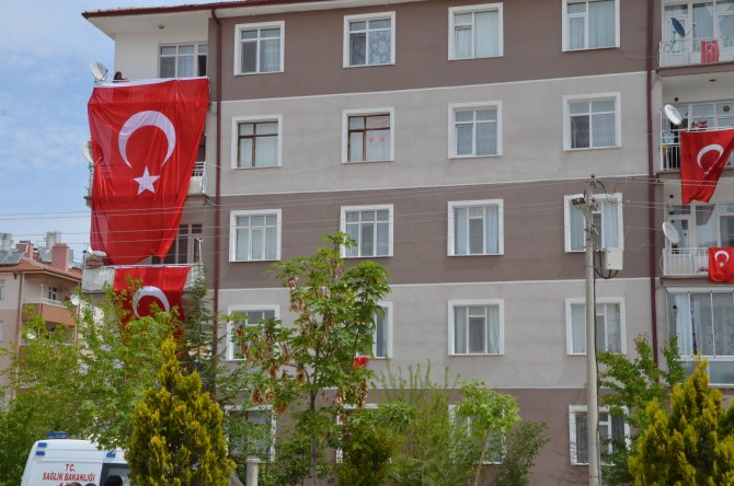 Konyalı şehidin evi bayraklarla donatıldı