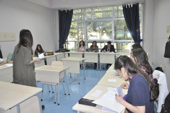Lise Ve Yüksekokul Öğrencileri İngilizce Münazara Yaptı