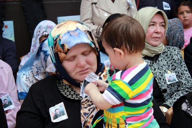 Şehidin 10 aylık kızı babasının fotoğrafıyla oynadı