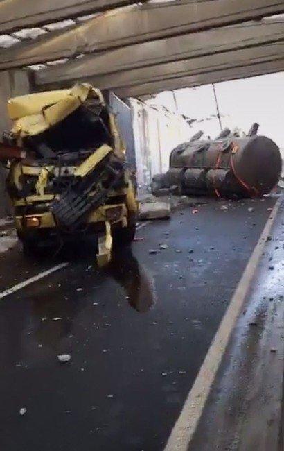 Boya yüklü TIR, köprü bloklarına çarptı: 1 yaralı