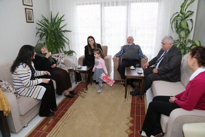 Vali eşi Pekmez, şehit ailelerini ziyaret ediyor