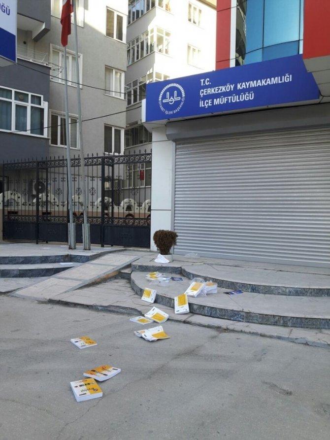 Vatandaşlar FETÖ'nün ders kitaplarını ayaklar altında ezdiler