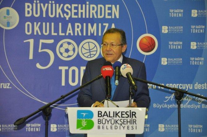 Büyükşehir Belediyesi okullara 15 bin top dağıttı