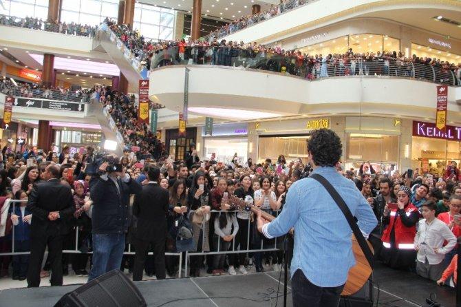 Ünlü şarkıcı Buray, Ankaralı hayranlarıyla buluştu