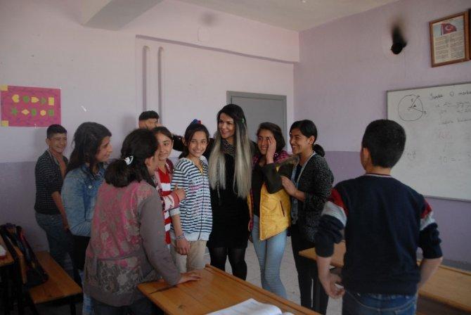 İstanbul'dan Silopi'ye öğrencilerini görmeye geldi