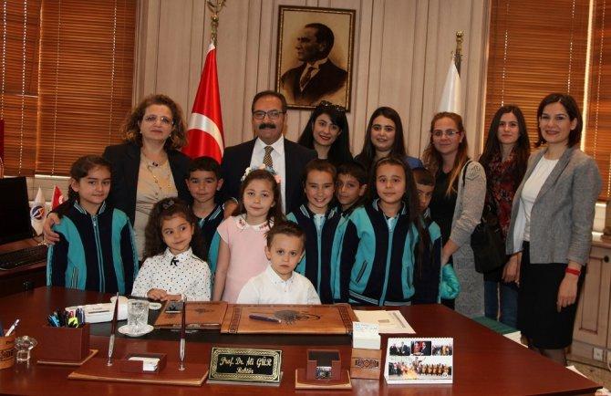 Çocuklar GAÜN Rektörü Gür'ün koltuğunda