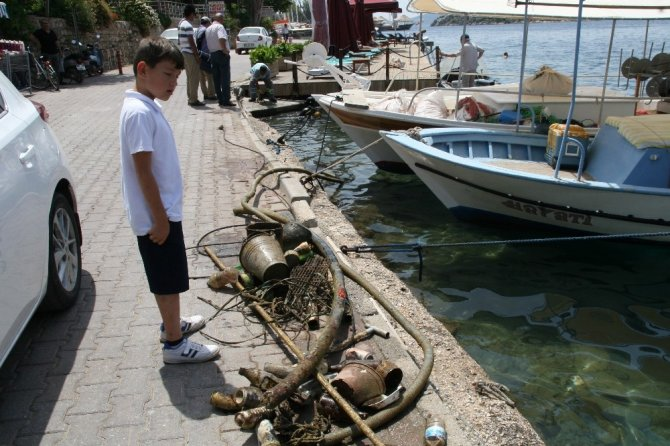 Ünlü sanatçı Tarık Tarcan adada çevre temizliği yaptı