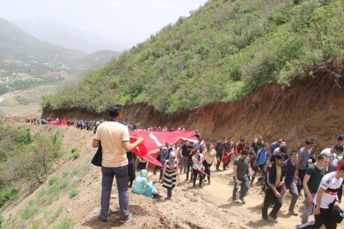 Hakkari'de asker ve vatandaş 19 Mayıs için yürüdü