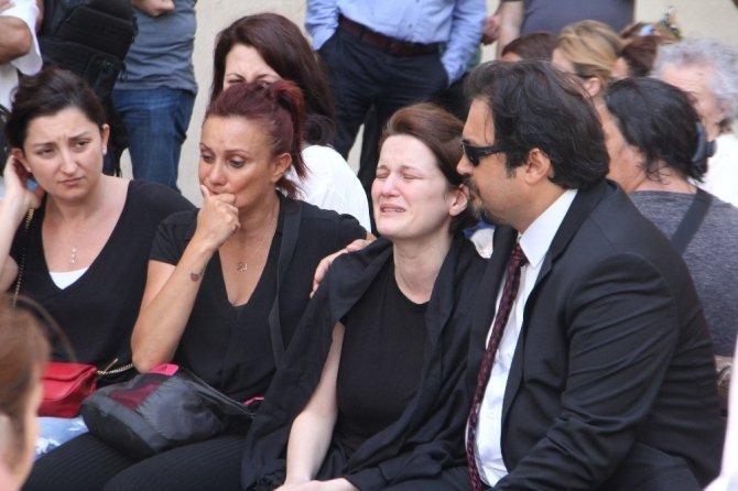 Avukat Özgür Aksoy'a adliye önünde tören