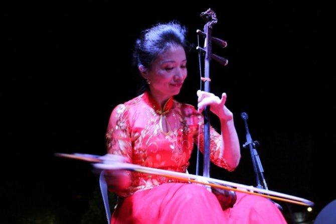 Çinli sanatçılardan Uçhisar kasabasında halk konseri