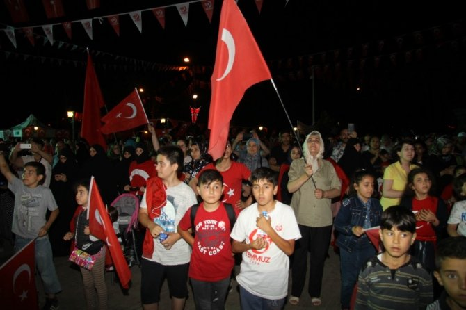 Tekirdağlıların Mehter eşliğinde demokrasi nöbeti coşkusu