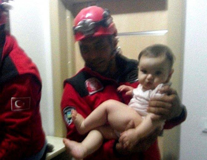 Asansörde mahsur kalan aileyi itfaiye kurtardı