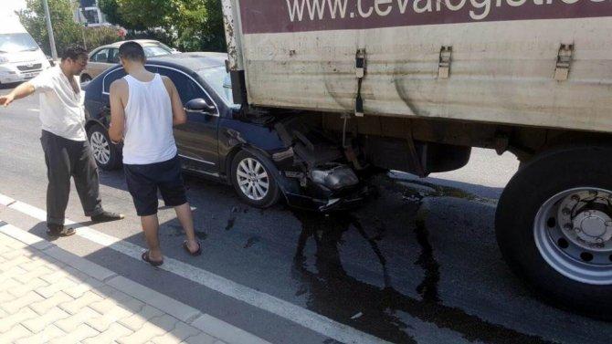 Otomobil kamyonun altına girdi