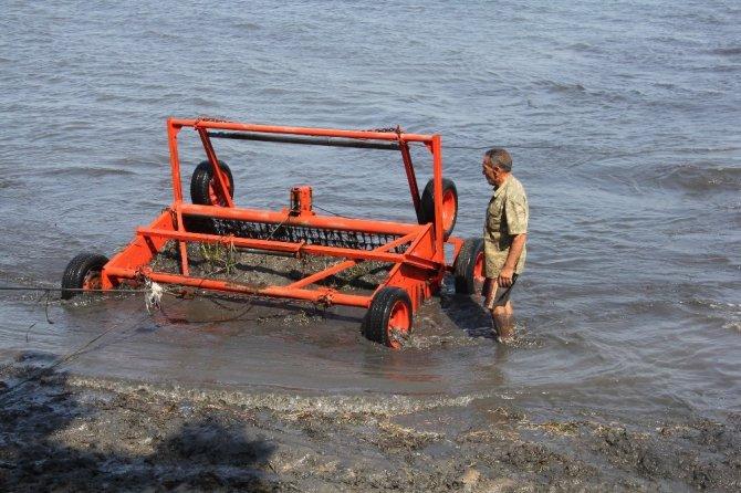 Burhaniye'de belediye deniz temizliğine aralıksız devam ediyor