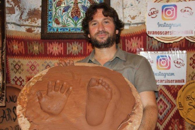 Turistler Kapadokya'ya el ve ayak izlerini bırakıyor