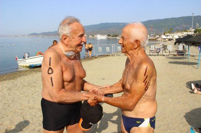 87 yaşında 2 bin metre yüzerek birinci oldu