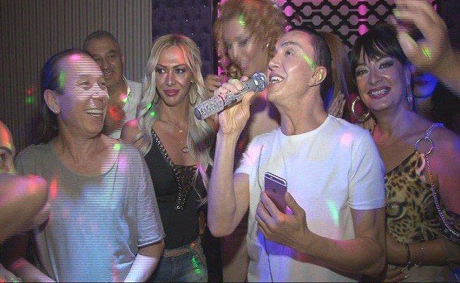 Ünlü şarkıcı doğum gününü İzmir'de kutladı