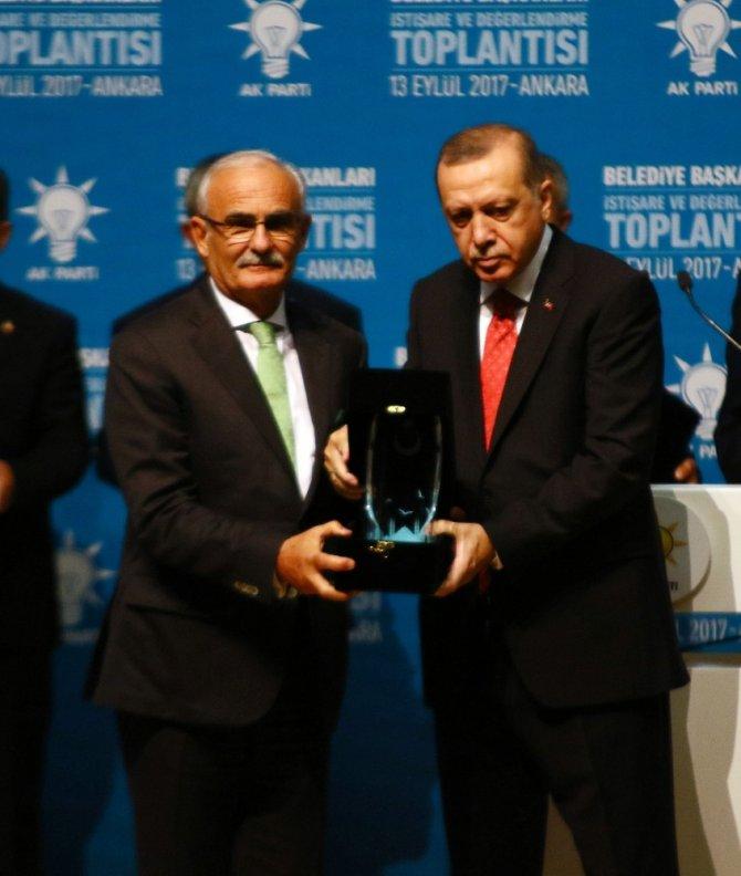 Başkan Yılmaz, ödülünü Cumhurbaşkanı Erdoğan'dan aldı