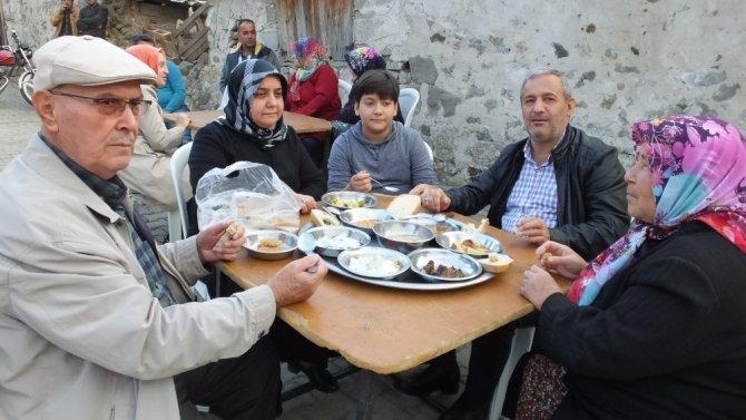 Burhaniye'de düğünde 9 çeşit yemek ikram edildi
