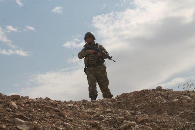 Sınırda devam eden tatbikatta askerlere sızma ve düşman ateşine karşı eğitimler verildi
