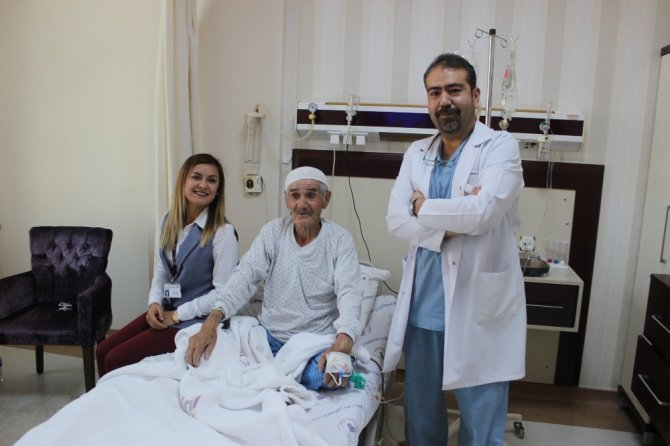 80 yaşındaki adamın cesareti doktoru ameliyata ikna etti