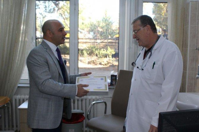 Kendini çocuklara adayan doktora takdir belgesi