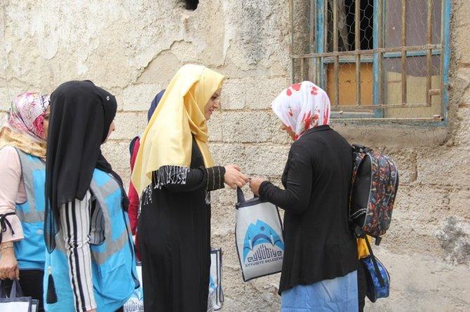 Eyyübiyeli kadınlar evleri dolaşıp aşure dağıttı