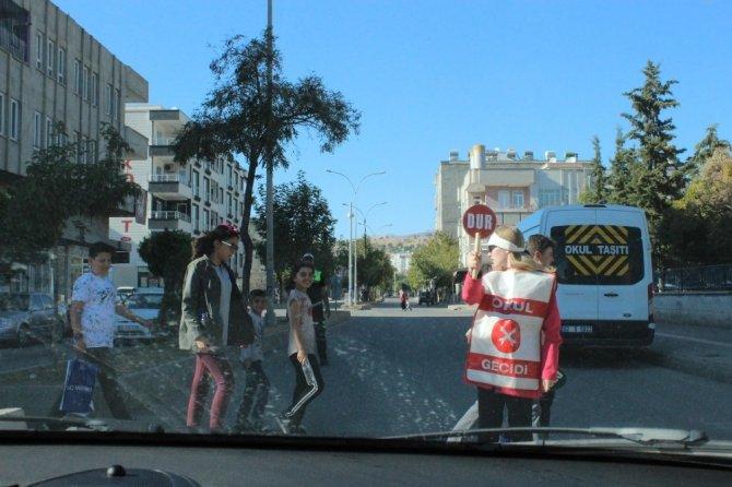 Adıyaman'da okul trafik geçit görevlileri iş başında