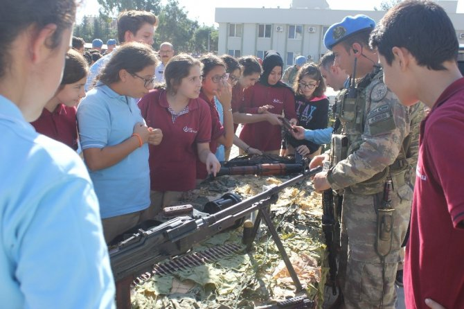 Öğrenciler zırhlı araçlara bindi