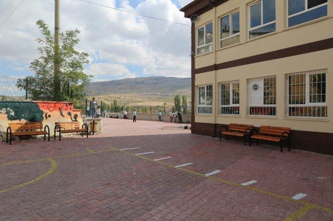 Dudu Şahin Tokluoğlu Ortaokulunda çevre düzenleme çalışması