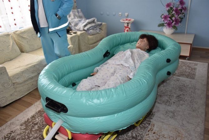 Yatalak hastalara evde yıkama hizmeti