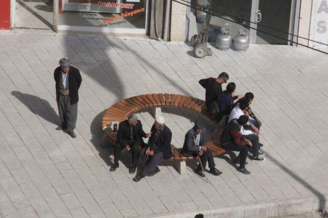 Hakkari caddelerine oturma bankları kuruldu