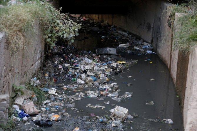 Cizre Belediyesi açık yağmurlama kanallarında temizlik çalışması başlattı