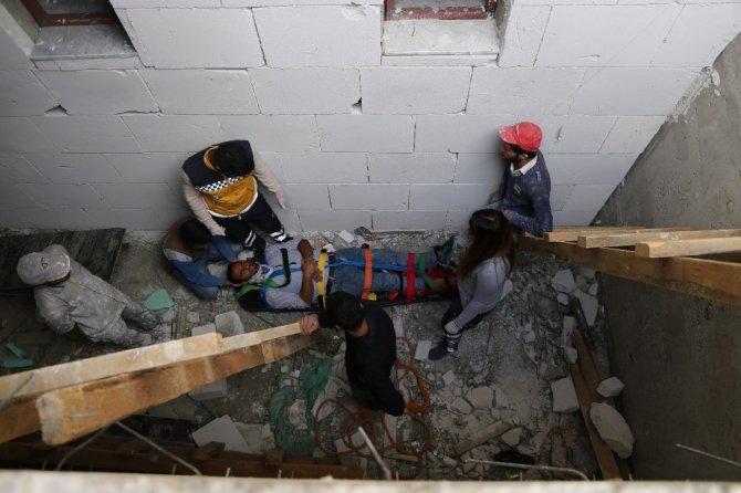Merdiven boşluğuna düşen işçi kurtarıldı
