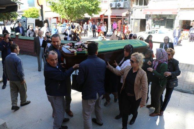 Evlatları tarafından öldürülen annenin cenazesini kadınlar omuzladı
