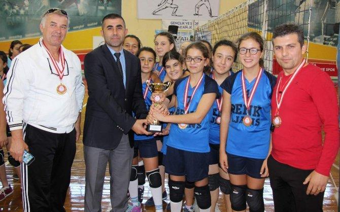 Şehit Ömer Halisdemir Ortaokulu voleybolda şampiyon oldu