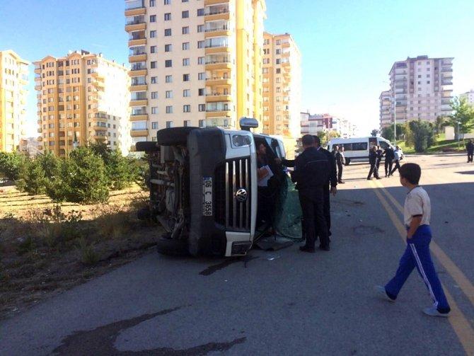 Başkent'te öğrenci servisi yan yattı: 4 yaralı