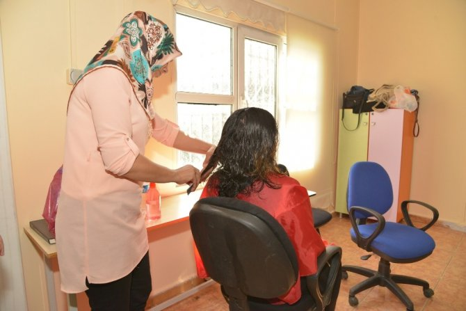 Diyarbakır'da dezavantajlı 140 kadına saç bakımı yapıldı