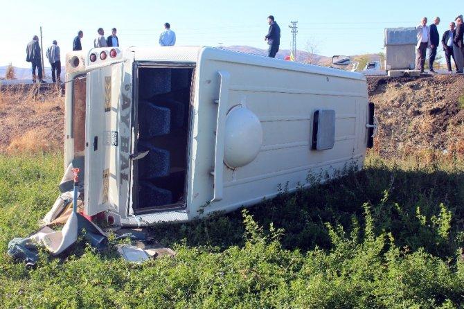 Öğrenci servisi ile otomobil çarpıştı: 4 yaralı