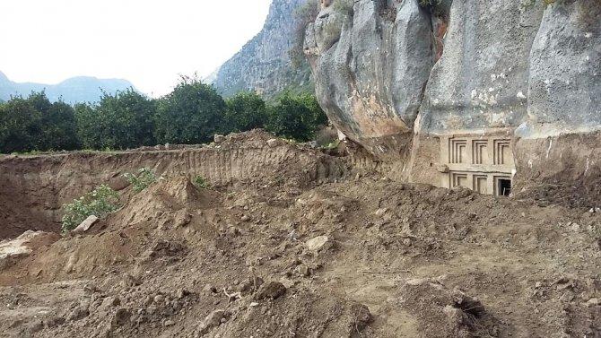 Tapulu arazide kazı yapılırken 2 bin 400 yıllık mezar bulundu